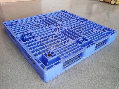 110 × 110 Kunststoffpalette mit umlaufenden Deck
